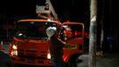 Operarios comprueban el tendido electrico después del seismo en San Salvador
