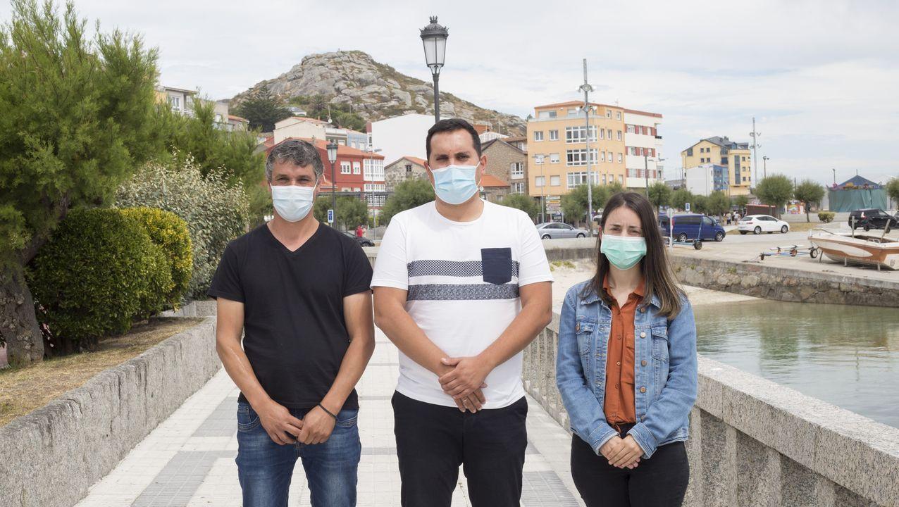 El nuevo Gobierno de Muxía: El alcalde, Iago Toba, con los concejales Javier Romar y Olalla Benlloch.