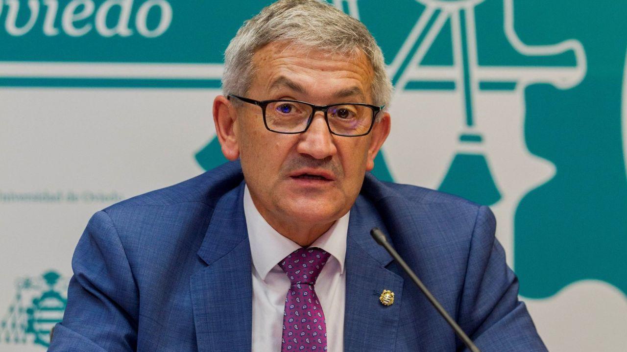 jóvenes investigadores científicos asturianos.El rector de la Universidad de Oviedo, Santiago García Granda