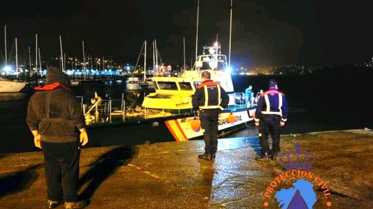 Miembros de Protección Civil y de la Guardia Civil en las labores de rescate del pesquero