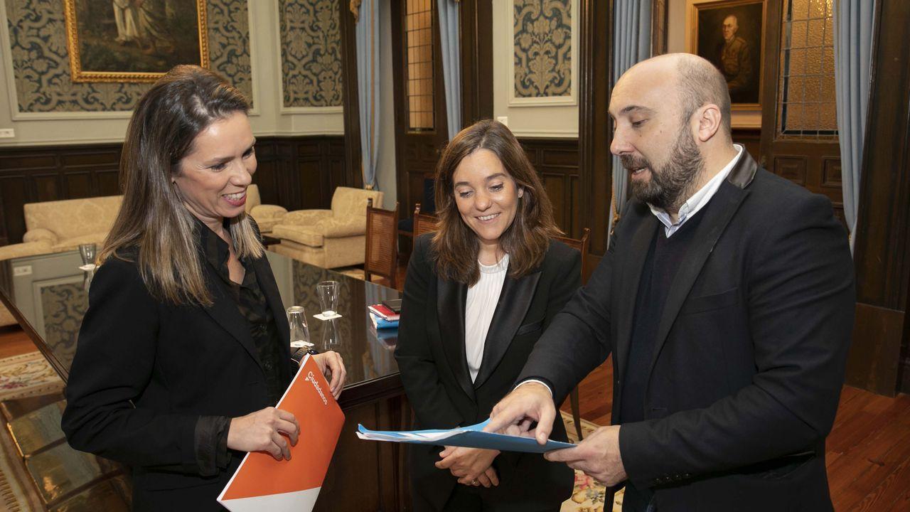 José Manuel Lage, junto a la alcaldesa Inés Rey y la concejala Mónica Martínez (a la izquierda).