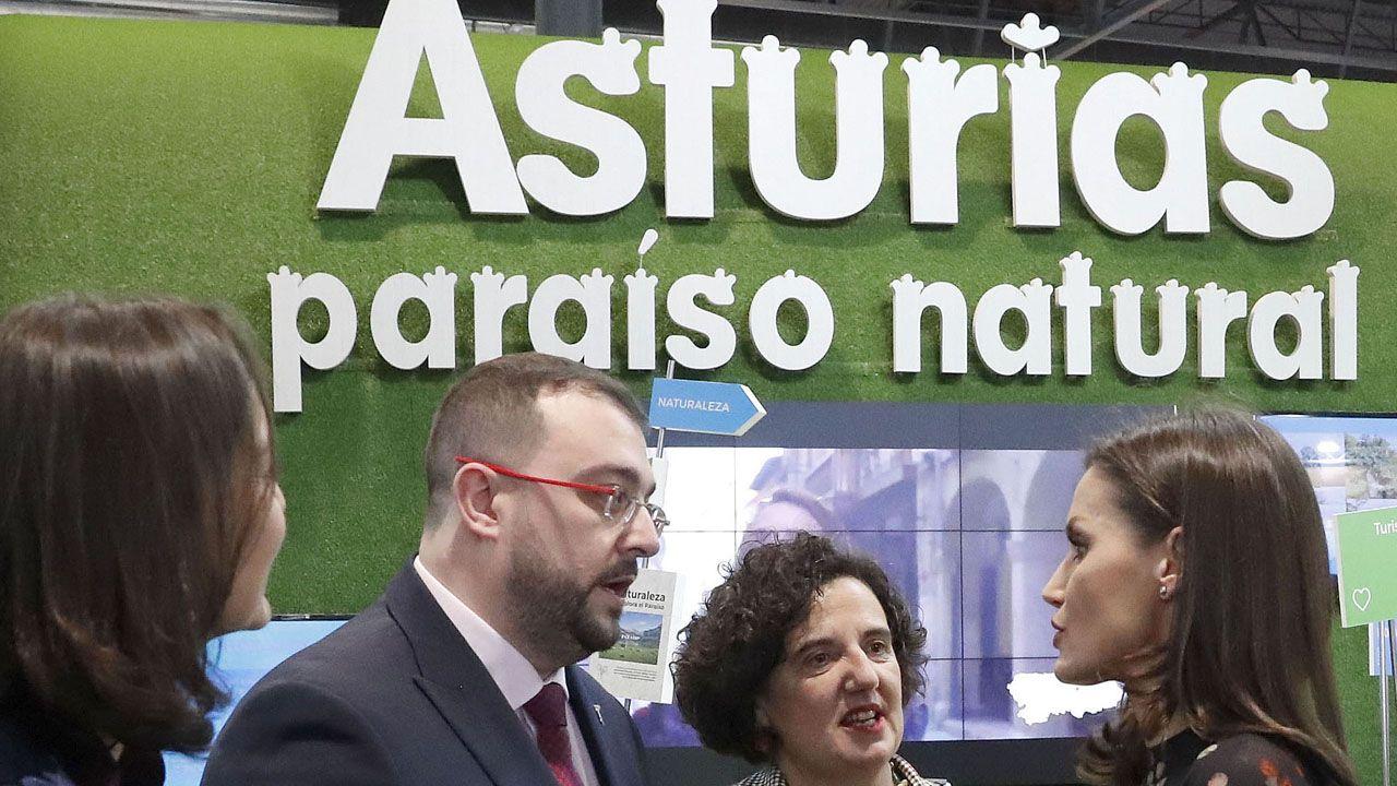 Letizia Ortiz conversa con Adrián Barbón y Berta Piñán en el estand de Asturias en Fitur