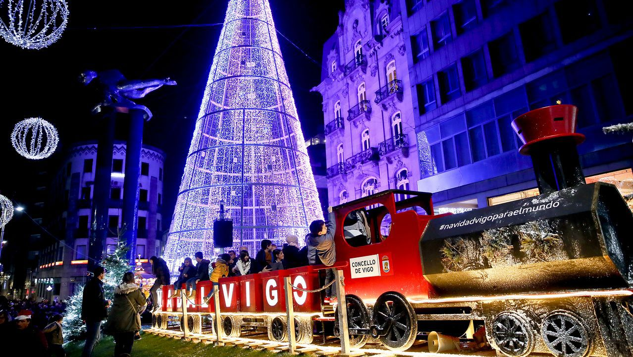 Las luces de Navidad llenan Vigo.Policias franceses, en una imagen de archivo