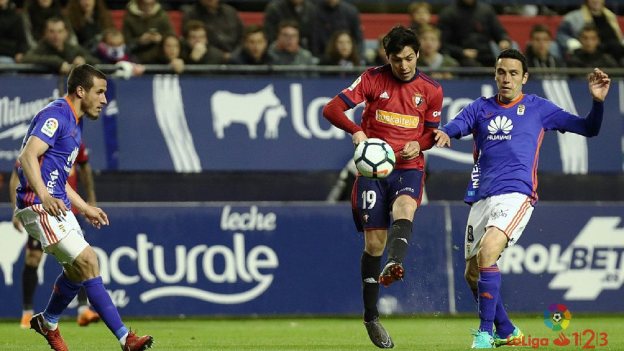Folch disputa un balón con Borja Lasso