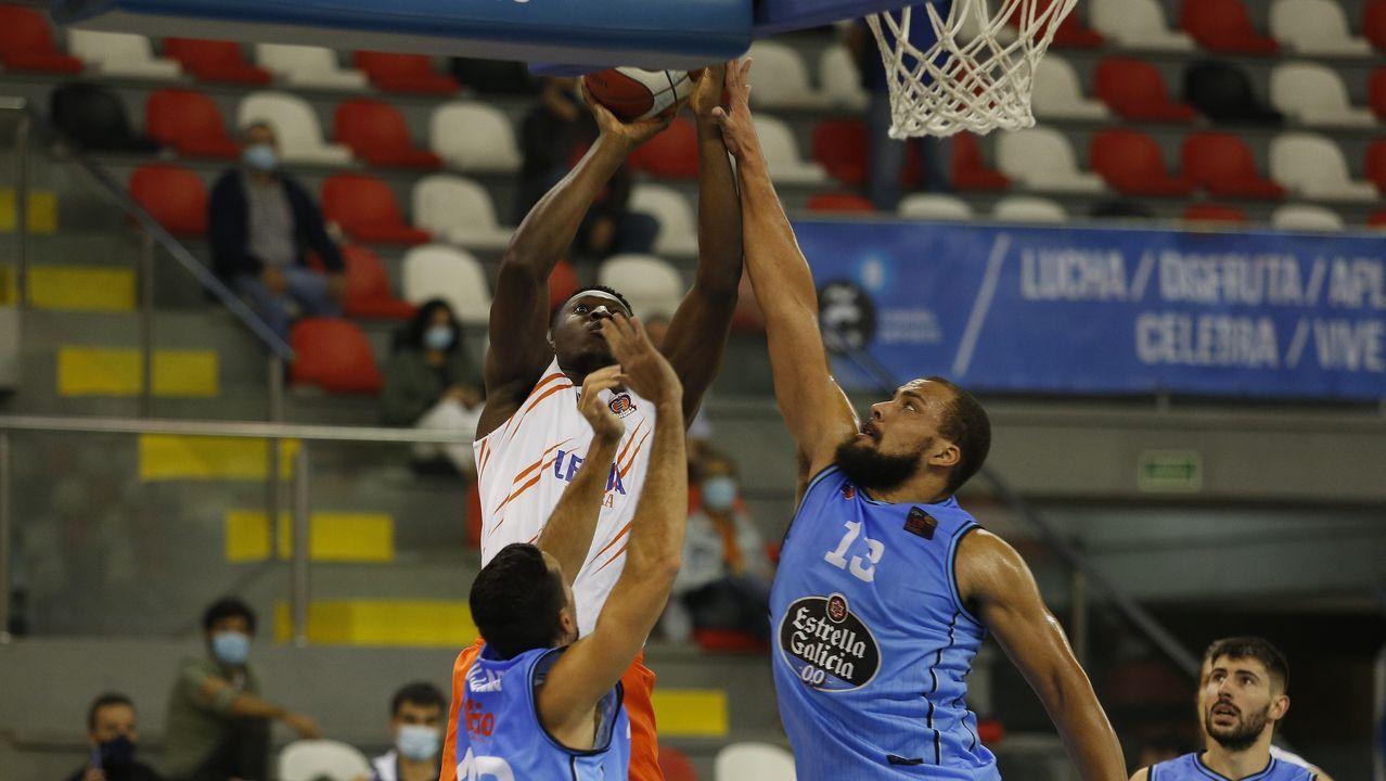Las imágenes de la semifinal de la Copa Galicia entre el Baxi y el Celta.Kevin Larsen celebra una canasta con falta en el amistoso ante el Palencia Basket
