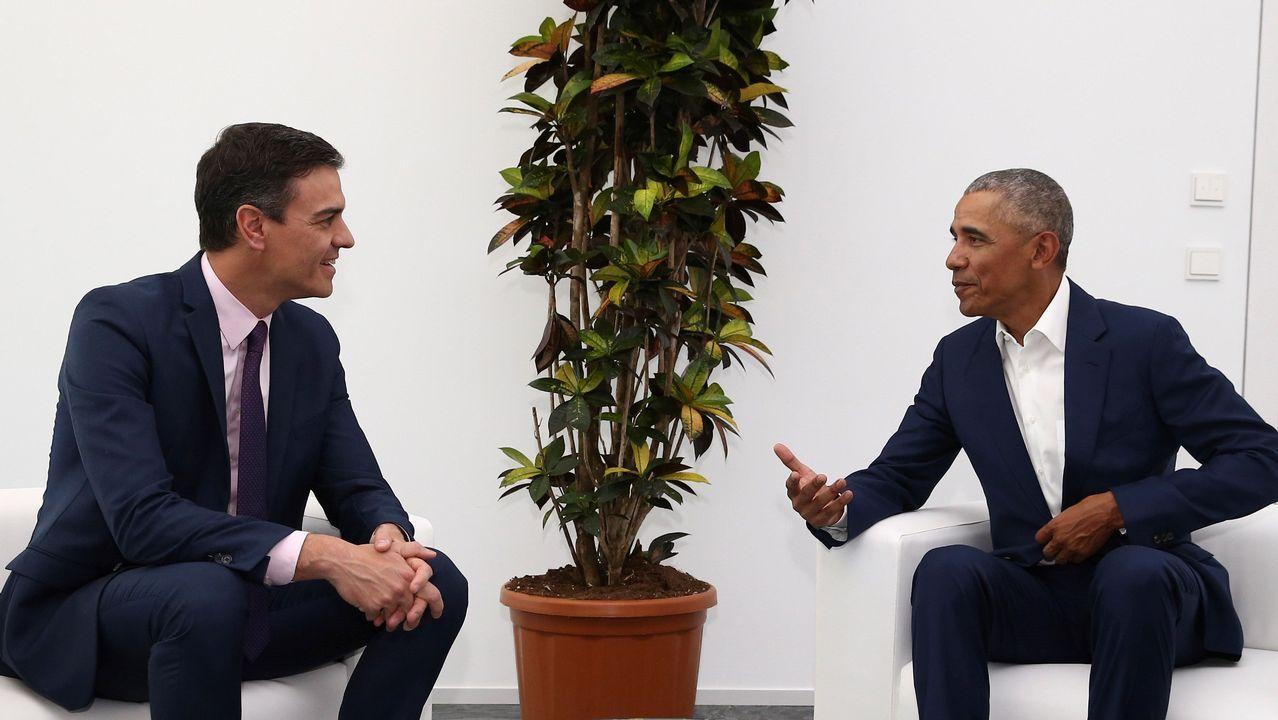 Sánchez se marca un tanto con Obama.Una pareja observa la playa vizcaína de Erega, sin bañistas como consecuencia del mal tiempo en la cornisa cantábrica