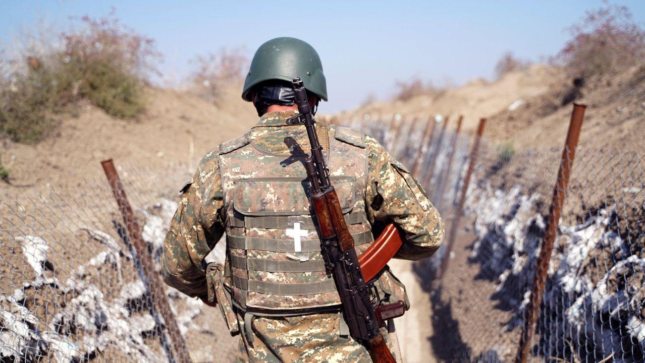 Un soldado armenio patrulla en el frente de Nagorno Karabaj