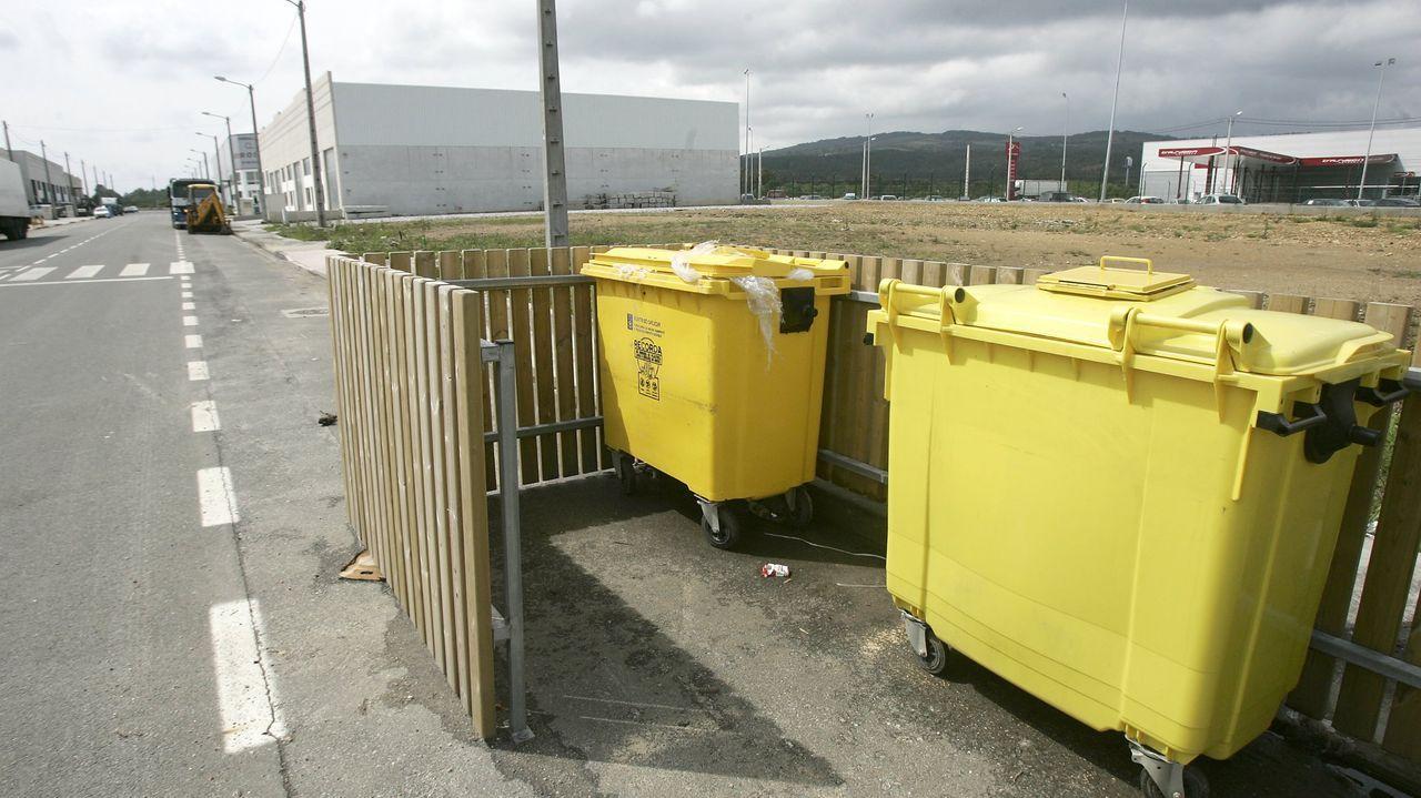 Contenedores amarillos en el parque empresarial de Guitiriz