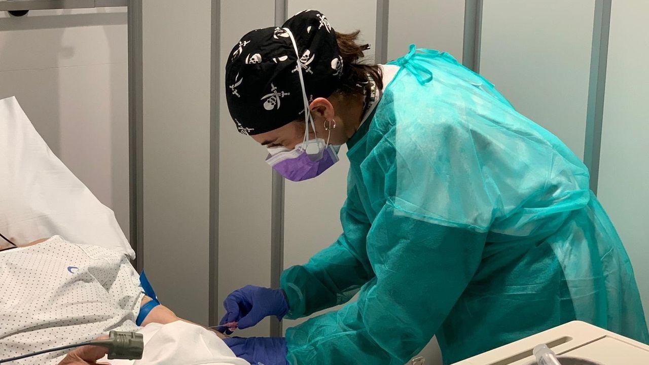 Una sanitaria atiende a un paciente en un hospital de Barcelona