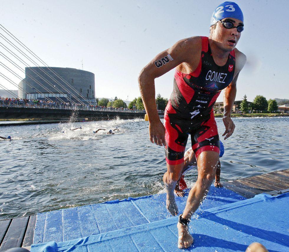 El campeón, saliendo del agua tras la prueba de natación.