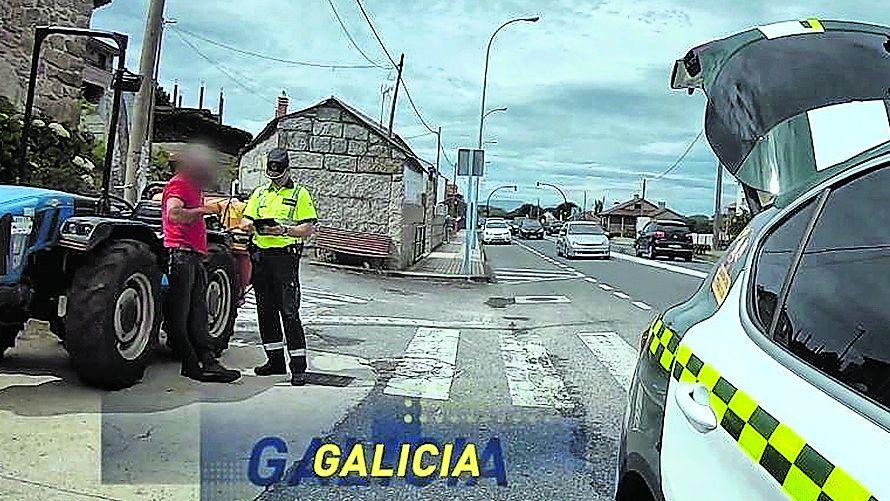 ELVIRA TEJADA DE LA FUENTE, FISCALA DE CRIMINALIDAD INFORMATICA.POSITIVO EN COCAÍNA EN EL TRACTOR. La imagen es del documental de DMAX, que ha sido grabado en gran parte en Galicia. Un agente para a un tractorista en una carretera gallega. Le hace el test de drogas y da positivo en cocaína. Pero hay más, el tractor no ha pasado la ITV.