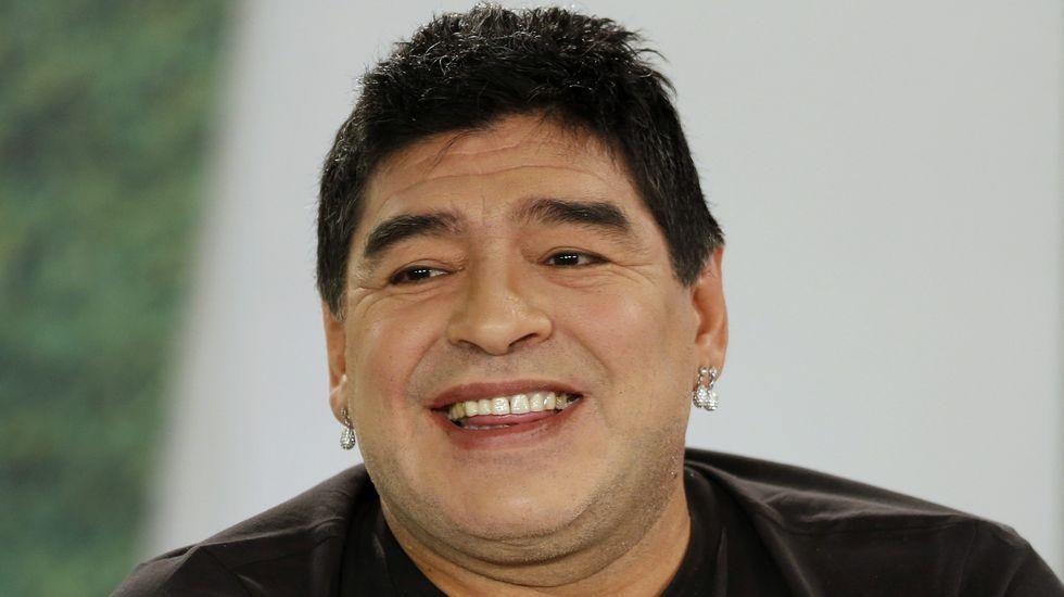 Maradona aprovechó su visita a Venezuela para honrar la tumba de Hugo Chávez.«Me da un placer enorme poder venir a verte», dijo  al depositar la ofrenda.