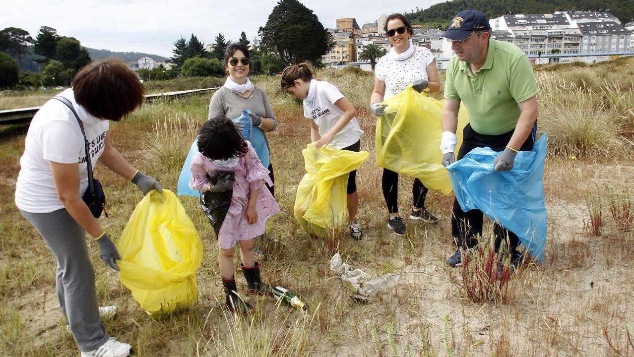 Voluntarios recogen basura en la playa de Covas, en Viveiro