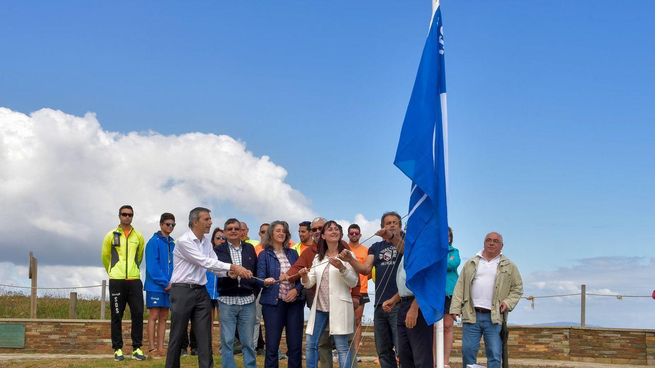 En imagen de archivo, izado de la bandera azul en la praia de As Catedrais