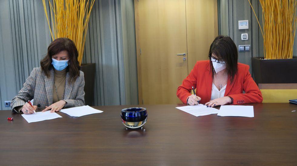Firma del convenio entre Correos y Espina y Delfín