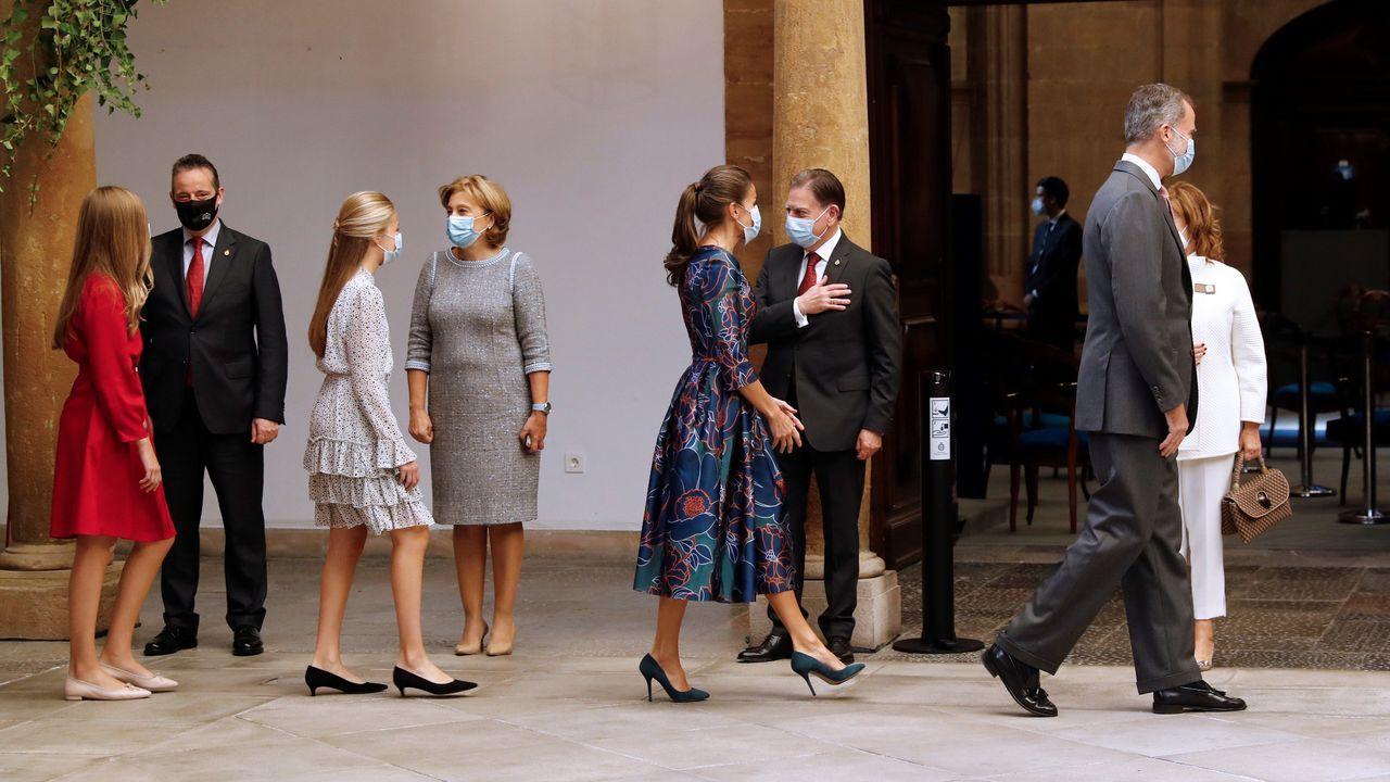 Los reyes Felipe VI y Letizia y su hijas la princesa Leonor y la infanta Sofía son recibidos por varias autoridades a su llegada al Hotel Reconquista de Oviedo