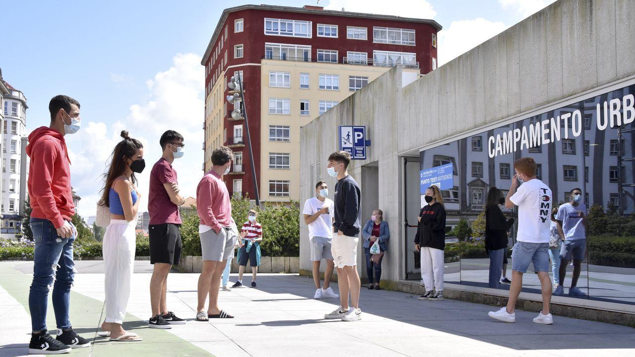 Un momento de la cola para la realización de las pruebas en la plaza de España