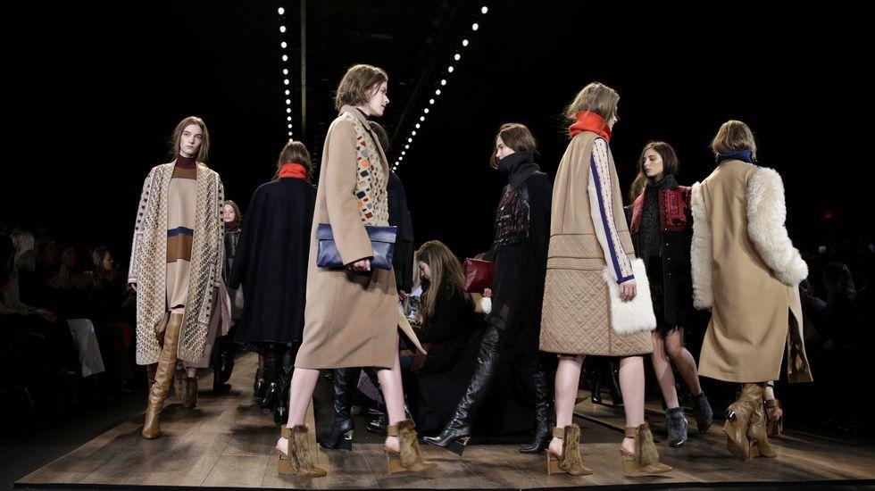 Semana de la Moda de Nueva York.Modelos presentan diseños de la marca BCBG Max Azria.