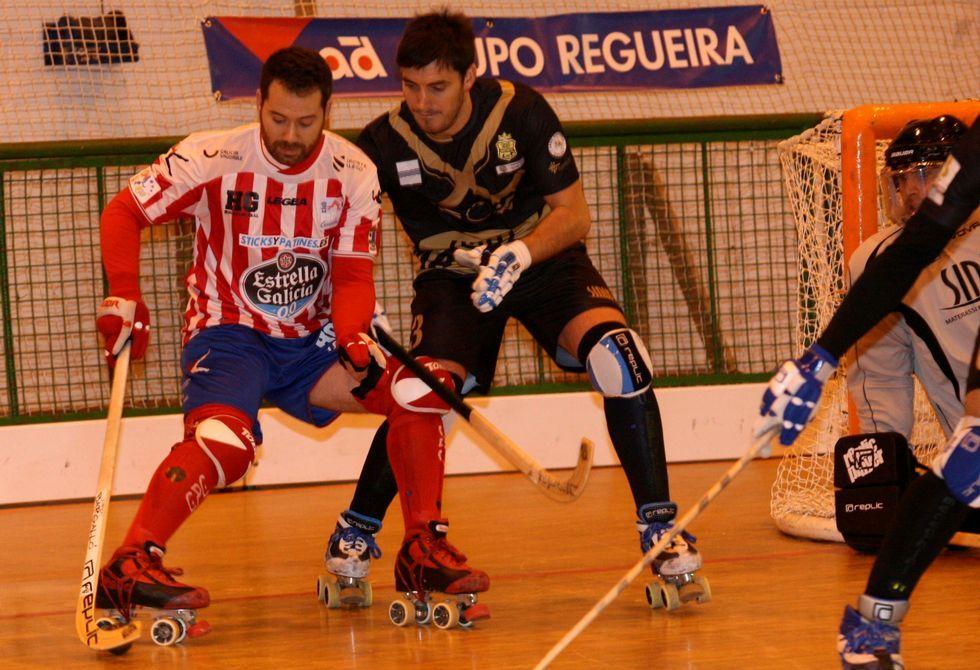 El jugador cercedense Peli Fernández, presionado por el italiano Juan José López.