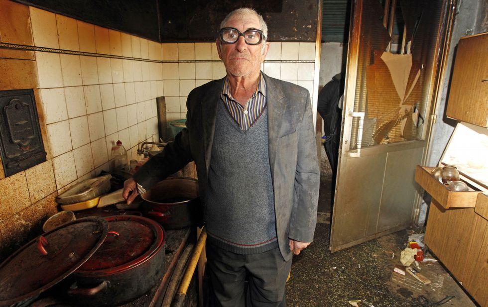 El septuagenario Enrique Fernández, en la casa en la que vive en Gargamala, en Mondariz.