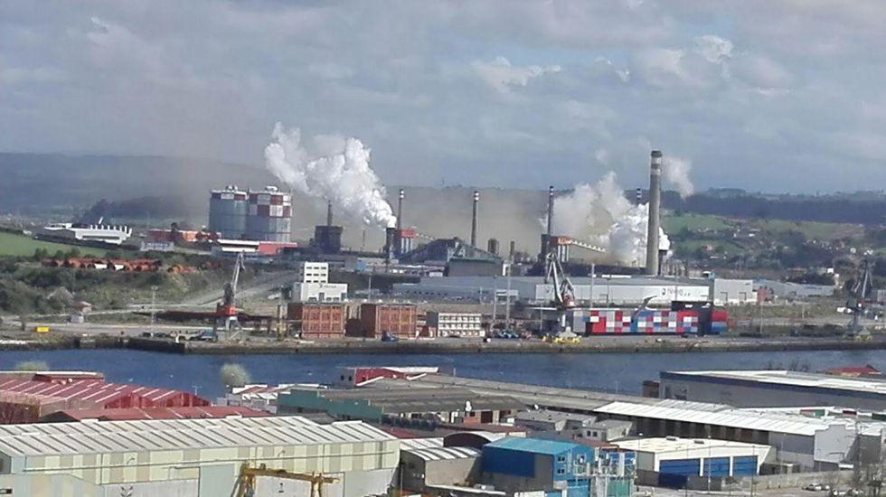 Nube de polvo en el entorno de la planta de Arcelor en Avilés.Nube de polvo en el entorno de la planta de Arcelor en Avilés