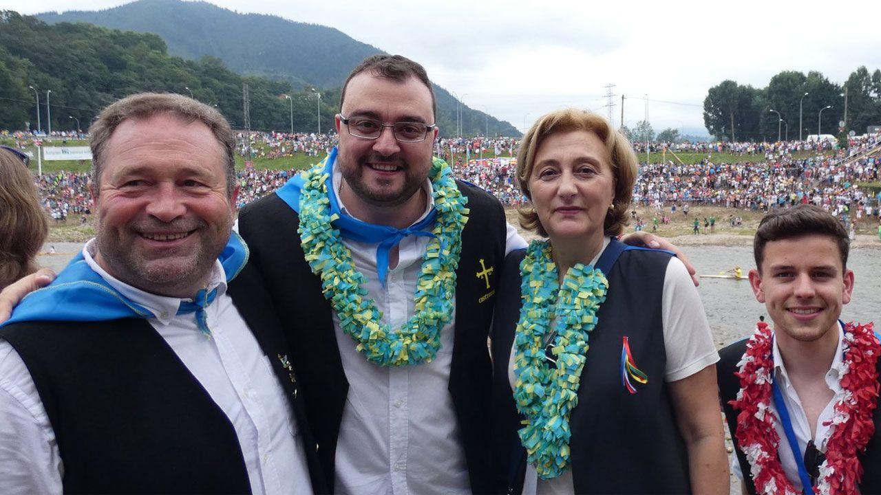 Avilés calla por las víctimas.Adrián Barbón, junto a la delegada del Gobierno, en el Descenso Internacional del Sella