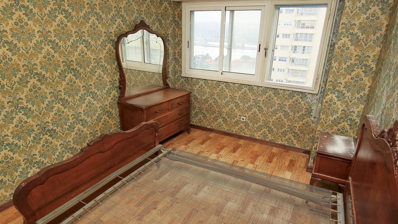 En la imagen, uno de los dormitorio, con vistas a la ría y a los astilleros de Fene
