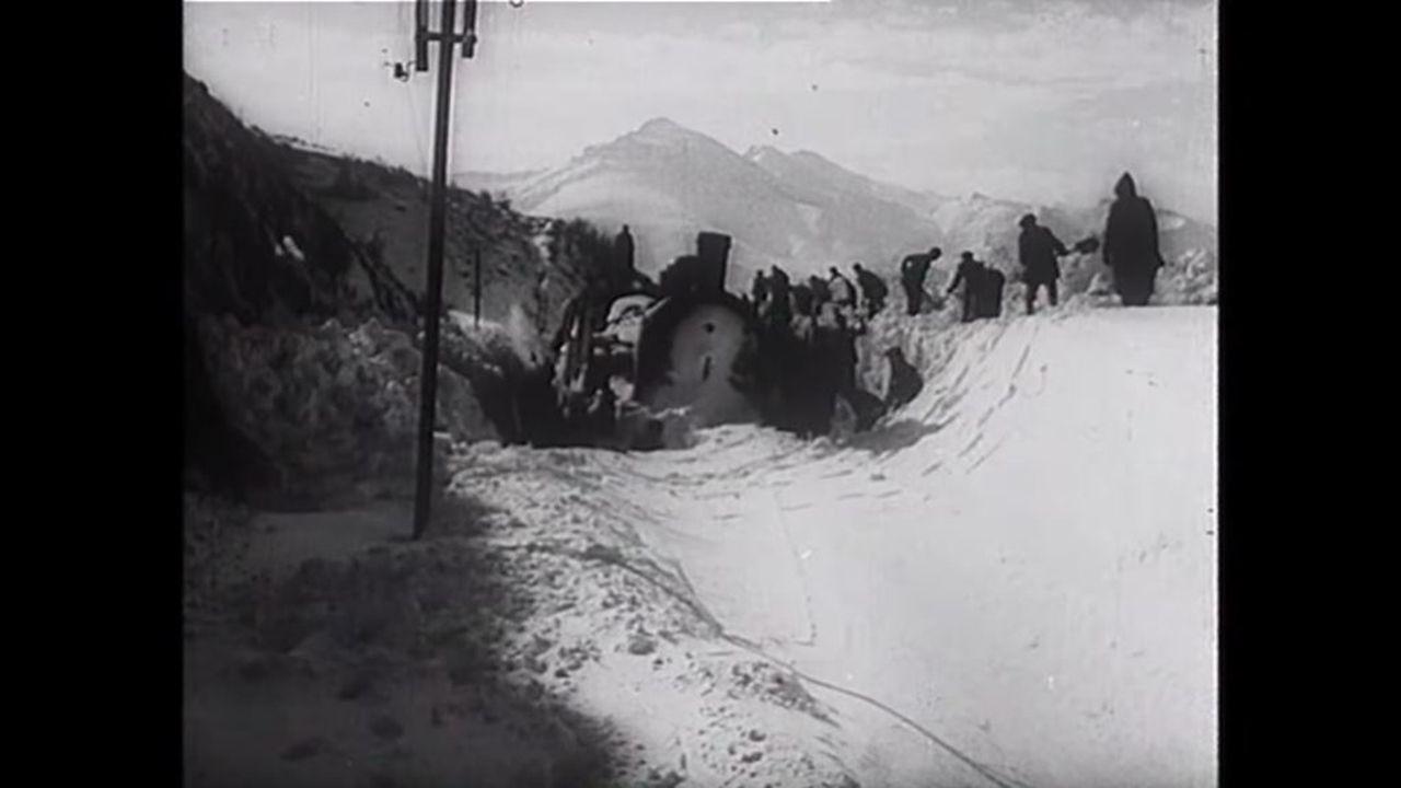 La gran nevada de 1953 que obligó al personal ferroviario a limpiar las vías de tren con palas.Venta de billetes de tren en la estacion de A Coruña