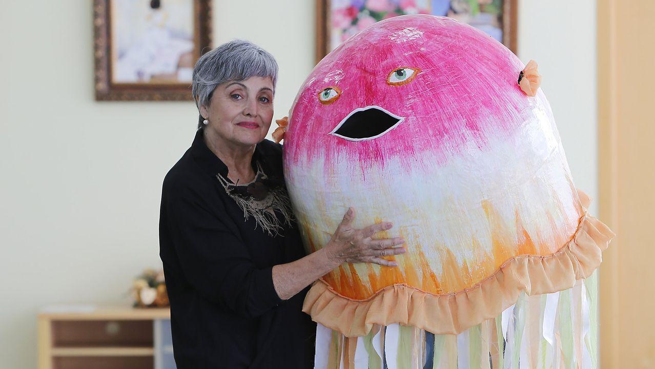 Ana Sastre, con un dos cabezudos que realizou