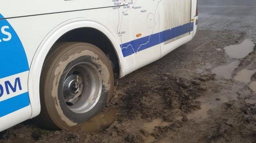 Detalle de una rueda del transporte escolar que quedó atascado en Carballedo