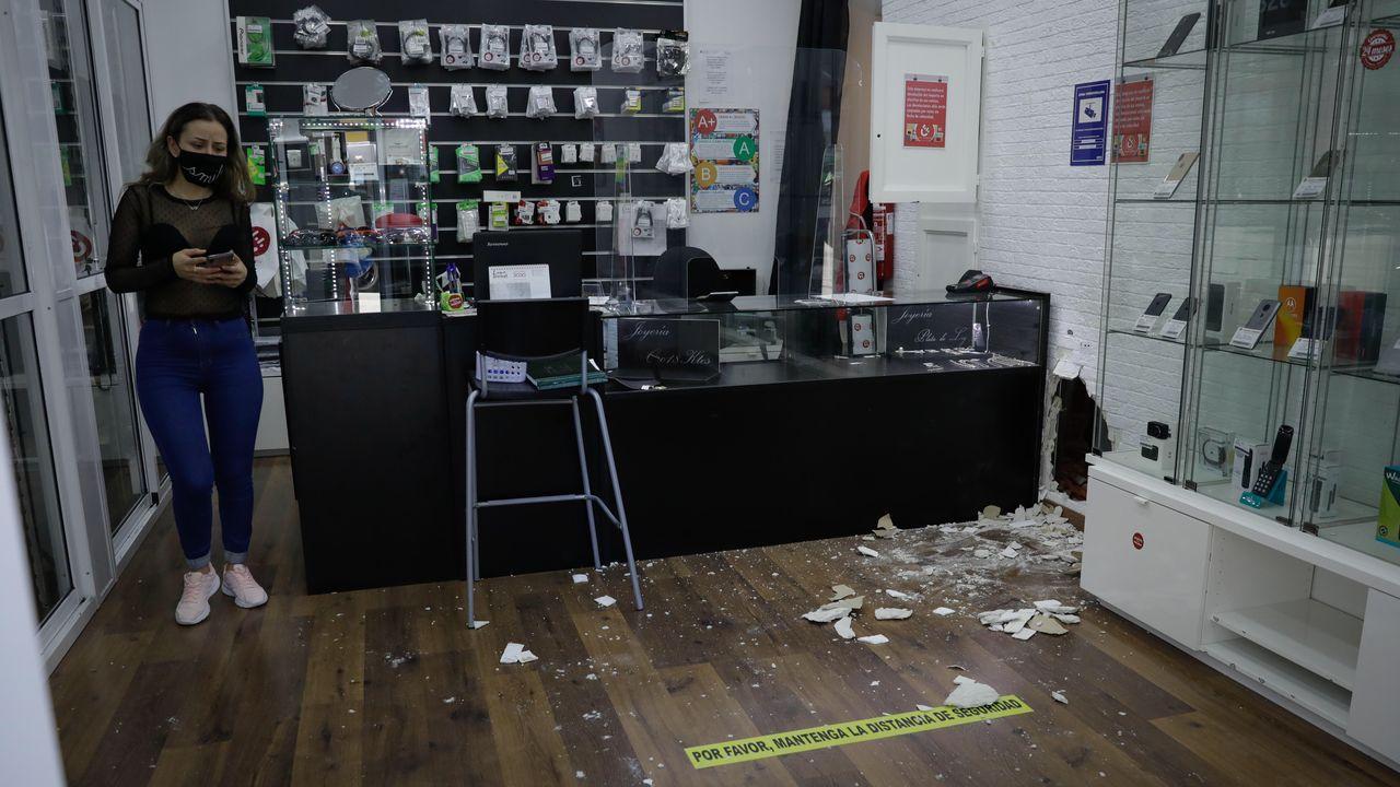 Jana, trabajadora de la tienda, recibió una llamada de la central de alarmas comunicándole el asalto cuando el ladrón todavia estaba en el interior del local