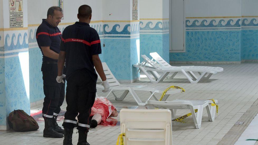 Los alrededores de la mezquita se agolpan los afectados por la tremenda explosión