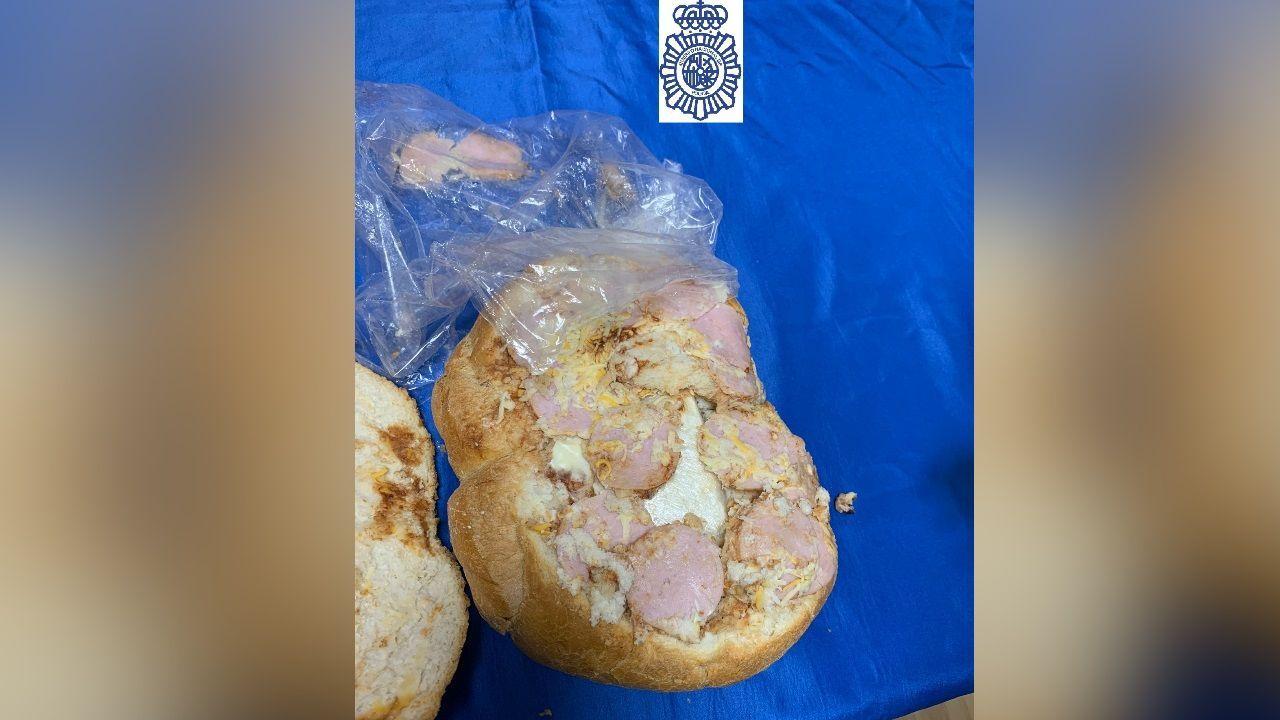 Llevaba una hogaza de pan en una bolsa, que utilizó para esconder la droga