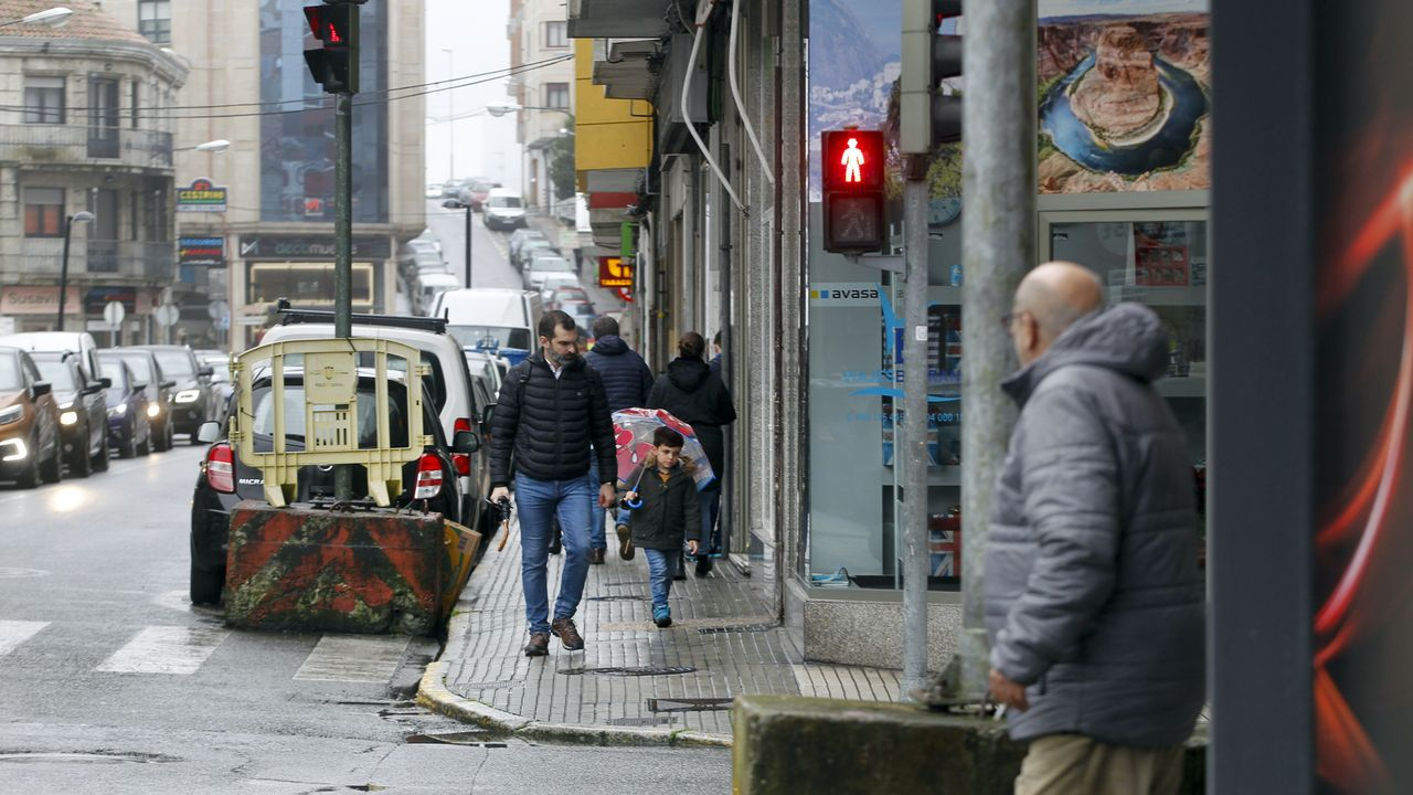 La policía local dirige el tráfico en el cruce de Gran Vía con Urzáiz a golpe de silbato.Jaime Santirso