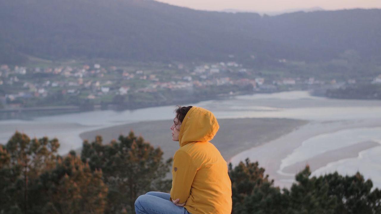 Detalle de un fotograma del filme documental «A media voz», en una escena rodada en la hermosa desembocadura del río Anllóns