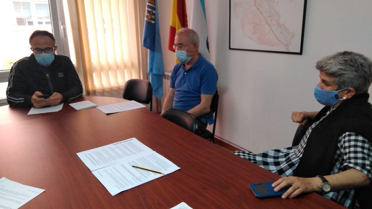 Vicente Rodríguez Rivera (vocal), Juan Carlos Enríquez (vicepresidente) y Pino (presidenta), ayer en el local vecinal.