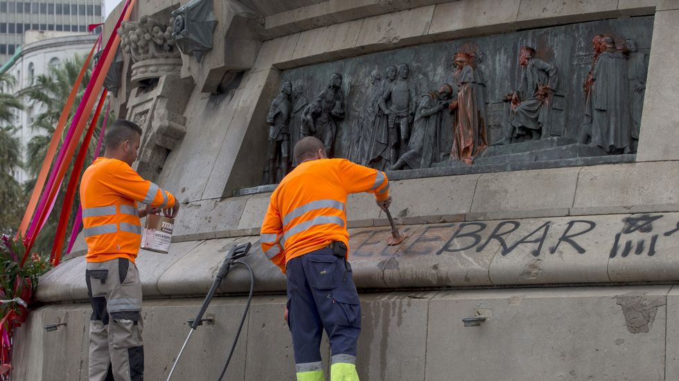 Pintadas en la estatua de Colón de Barcelona: «Nada que celebrar».Fernández, Sanjurjo y los Reyes Felipe y Letizia