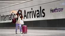 Una mujer, a su llegada al aeropuerto de Heathrow, en Londres