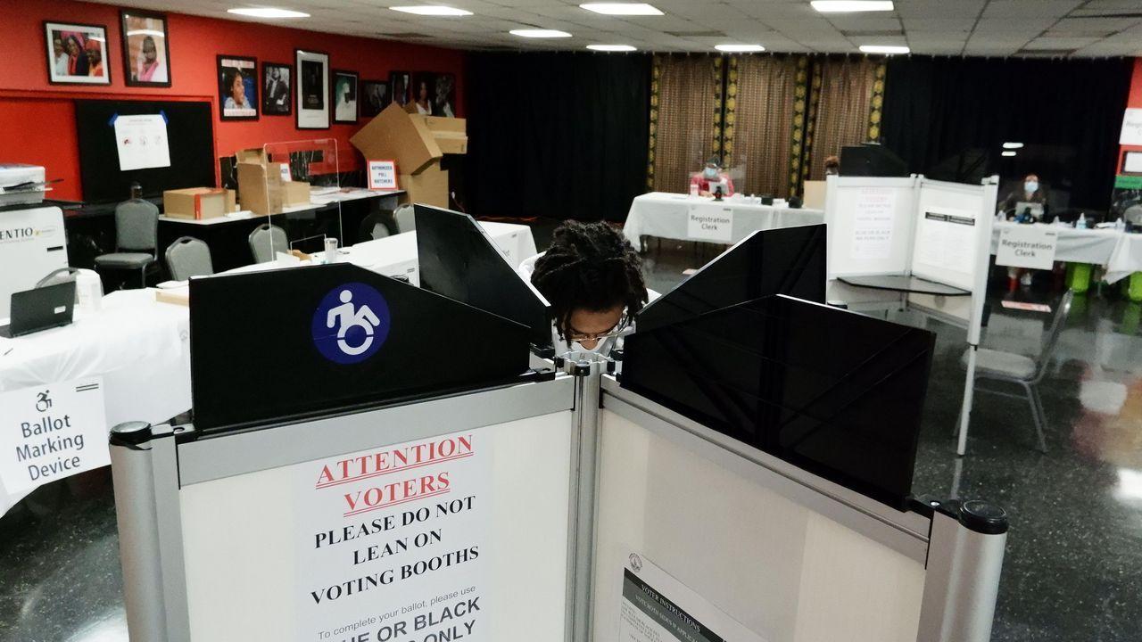 Un votante ejerce su derecho al voto en un templo baptista de Washington