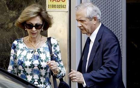 El nuevo abogado de Bárcenas, Javier Gómez de Liaño, y su esposa, la letrada María Dolores Márquez de Prado, a la salida de la Audiencia Nacional, el pasado día 15 tras la comparecencia del extesorero ante el juez Ruz.