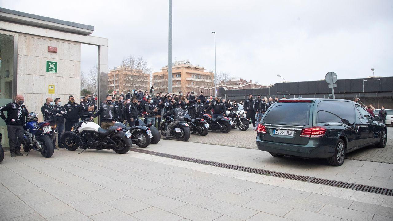Compañeros del club de motos al que pertenecía Casademunt, lo ovacionaron al llegar