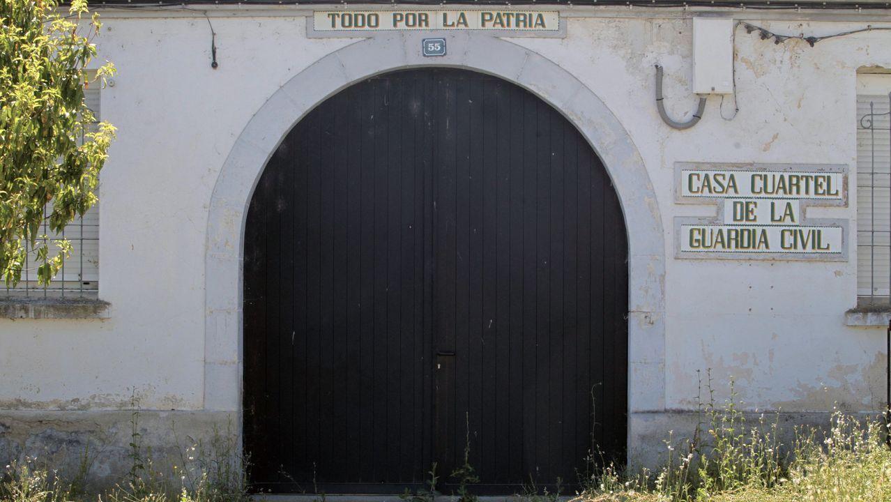 Vista general de la cárcel de Asturias.Puerta de acceso al cuartel de A Pobra do Brollón, que leva unos cinco años abandonado