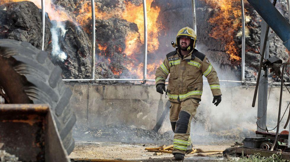 Las fotos del incendio en una granja de Bóveda.Paula Rouco y Fernando Méndez han puesto en marcha su proyecto en la parroquia de Sancovade