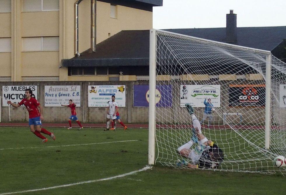 Las imágenes del partido entre el Arousa y el Barco.Un Rodri con nueva imagen se dispone a celebrar el tanto de su compañero Borja.