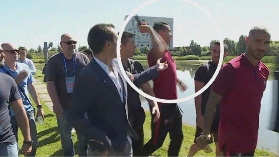 Cristiano le tira el micrófono a un periodista
