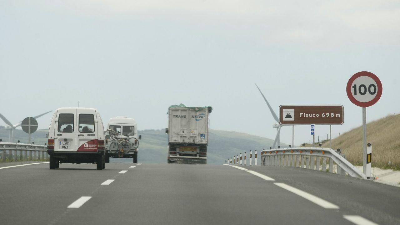 Un camión que transportaba madera vuelca en Jarrio