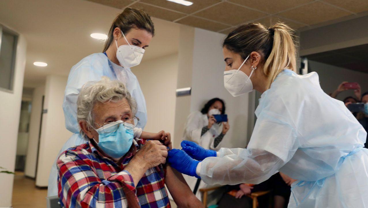 Una sanitaria pone hoy domingo la vacuna contra el coronavirus