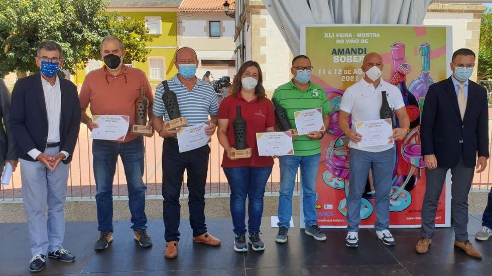 El alcalde de Sober, con los bodegueros ganadores de los cinco premios de esta edición de la feria