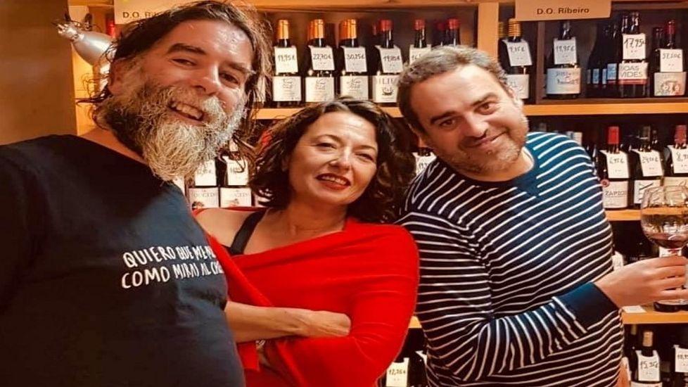 Roberto Regal, a la derecha, Pilar Higuero y José Crusat, tres de los bodegueros que participan en la iniciativa