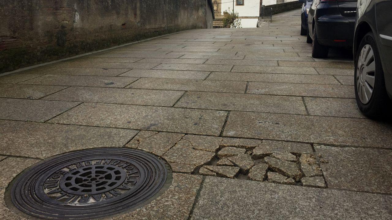 Ourense celebra los 41 años de la Constitución.El pavimento de la calle de Santo Domingo muestra señales de deterioro en algunos puntos
